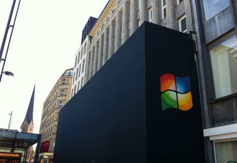 windows logo am apple store smartphones mit windows phone 8. Black Bedroom Furniture Sets. Home Design Ideas